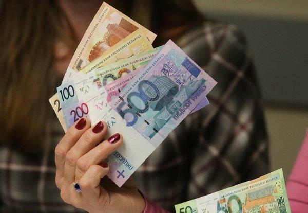 Летом средняя заработная плата белорусов увеличилась практически на17 руб.